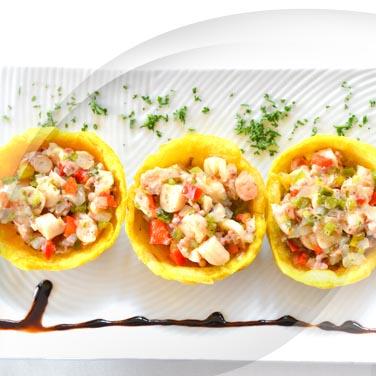 Meeresfrüchte-salat mit eingelegtem gemüsesalat
