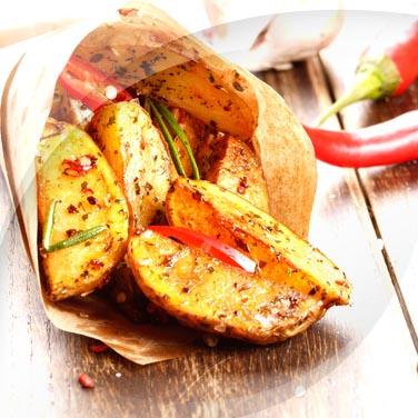 Kartoffeln, knoblauch, öl, peperoncino und rosmarin
