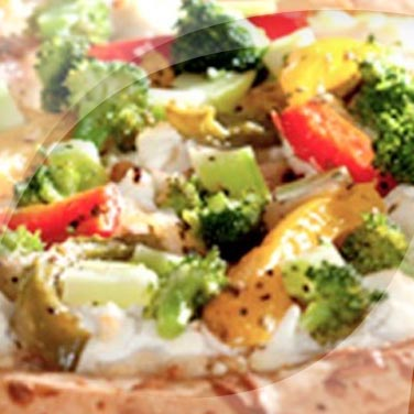 Pizza mit paprika und brokkoli