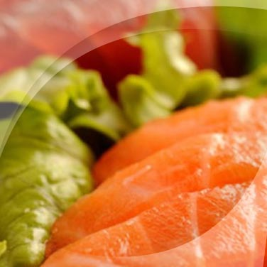 Lachs und thunfisch an salat