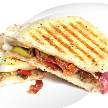 Sandwich mit in salz eingelegtem fleisch und auberginen